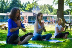 Szabadtéri jóga a Hévízi-tavon
