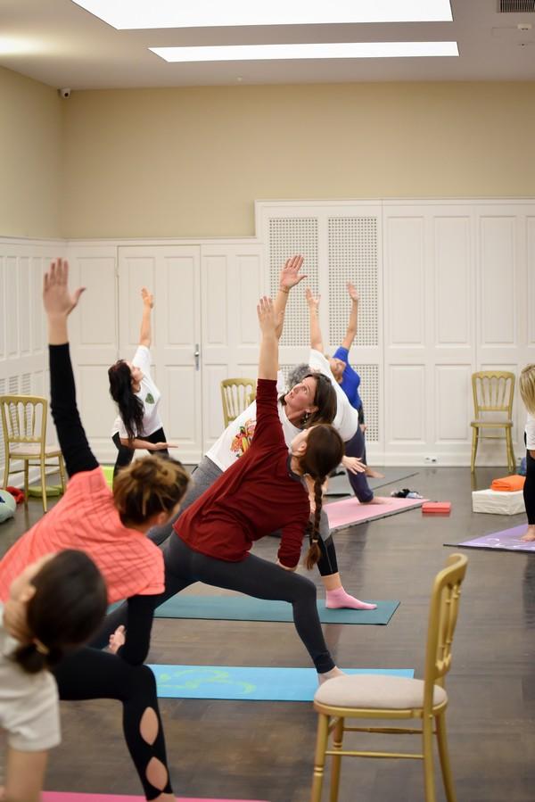 Papp Anikó - jógaoktató Zala megye - csoportos jóga foglalkozás, gyakorlatok székkel